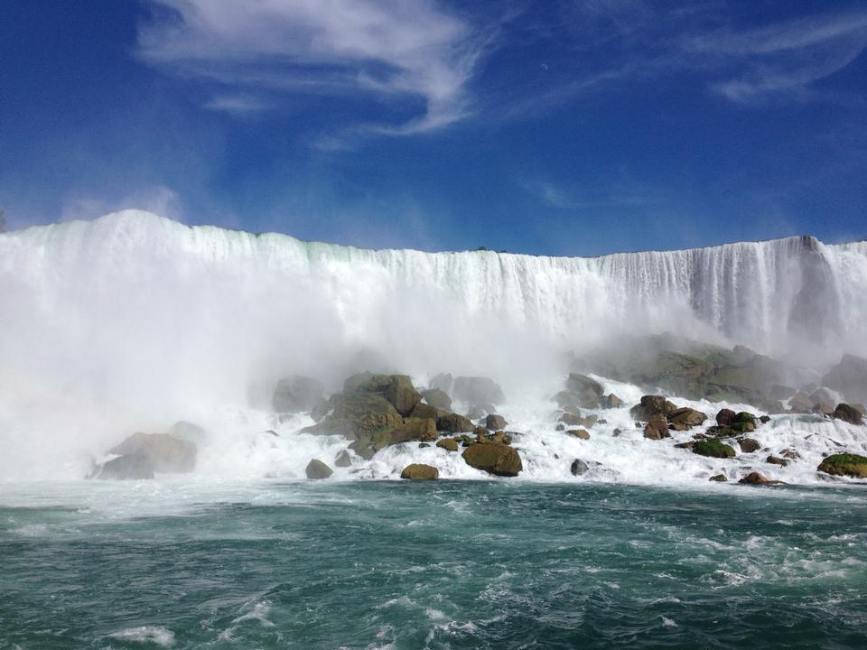 spektakuläre Regenbogen im Nebel von Niagara Fall