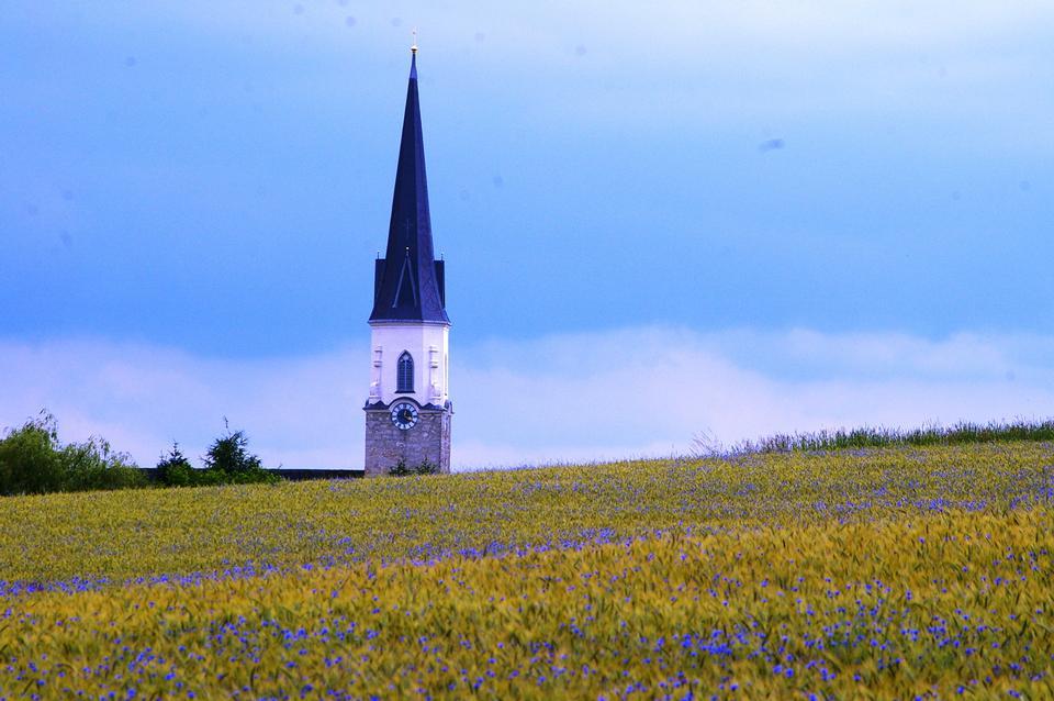 Une petite église chrétienne sur une colline