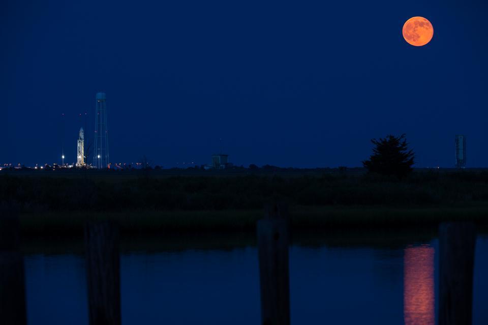 Antares Rocket с полной луной