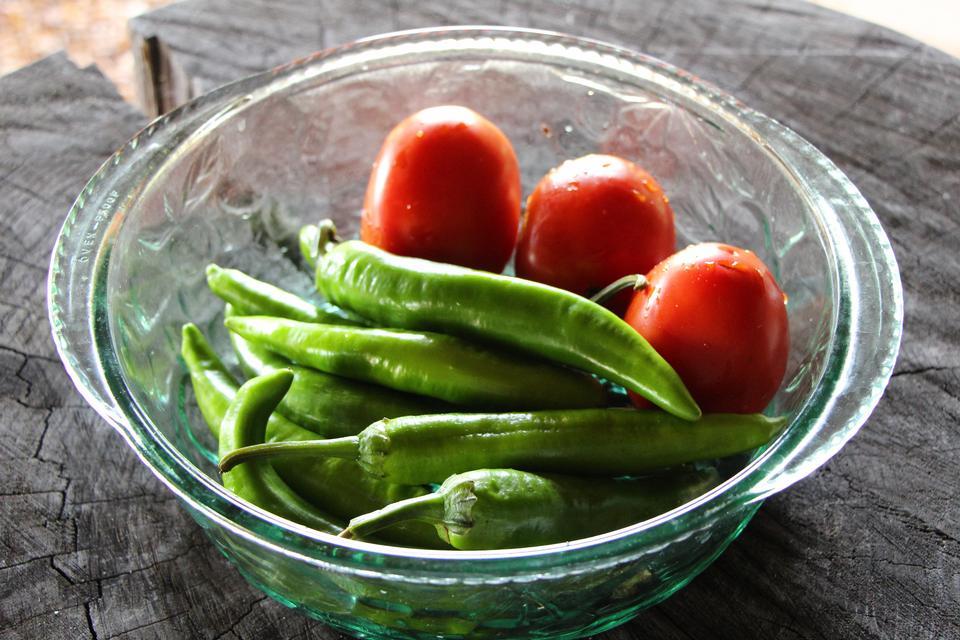 绿色甜椒用新鲜番茄