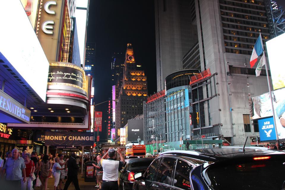 タイムズスクエアブロードウェイの劇場とLED看板