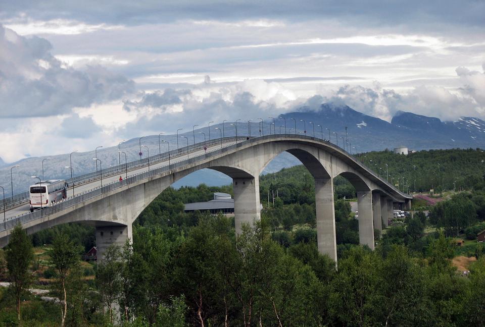Pont en Norvège, au nord du cercle polaire, été