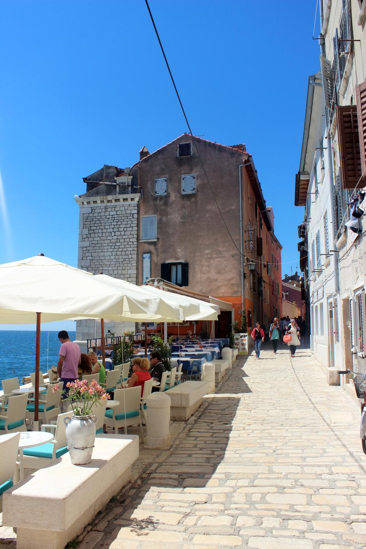 旧市街ロヴィニ、イストリア、クロアチアストリートカフェ