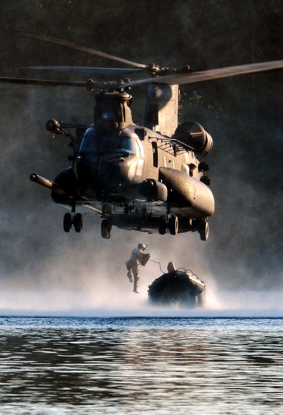 エアマンはMH-47チヌークヘリコプターからジャンプ