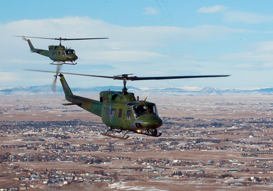 二UH-1Nヘリコプターが形成に飛ぶ