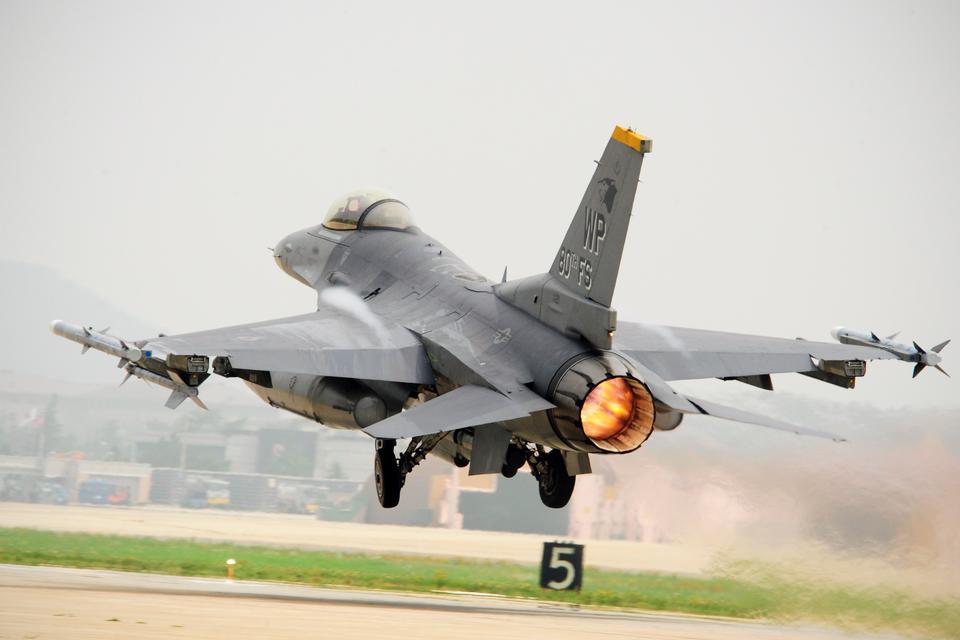 F-16 파이팅 팔콘 이륙