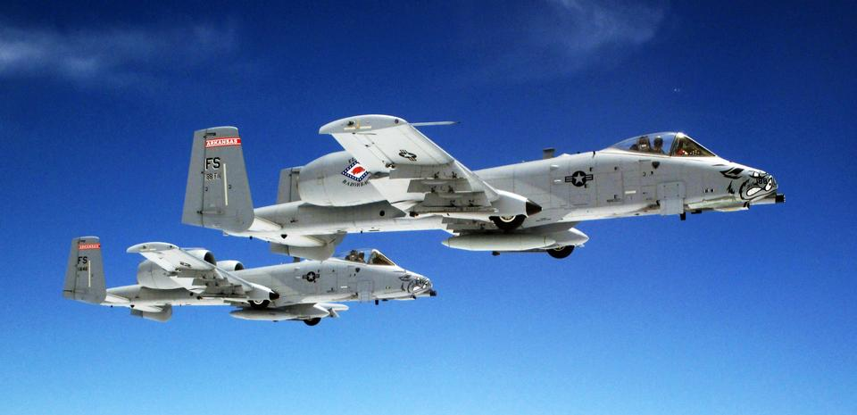 在形成一对空军A-10雷电II飞机飞
