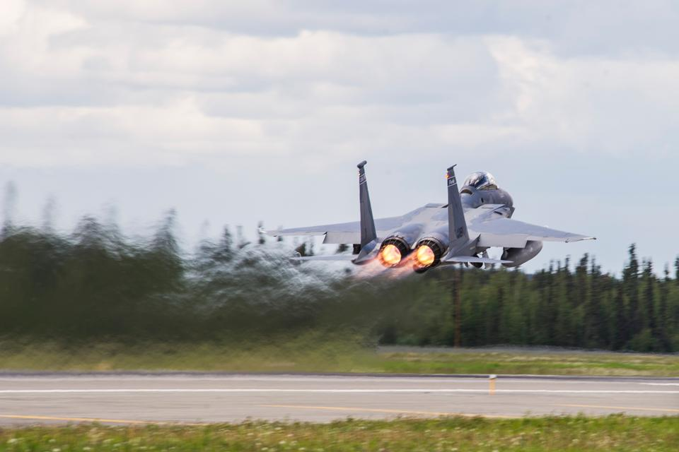 F-15イーグルはレッドフラッグ·アラスカの間に脱ぐ