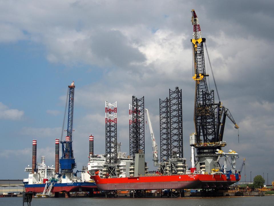 grúa barcaza haciendo obras de instalación de carga pesada marinos
