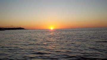 Descarga gratis la imagen de alta resolución - Rosa y vibrante rojo atardecer con el sol detrás montañoso horizonte un