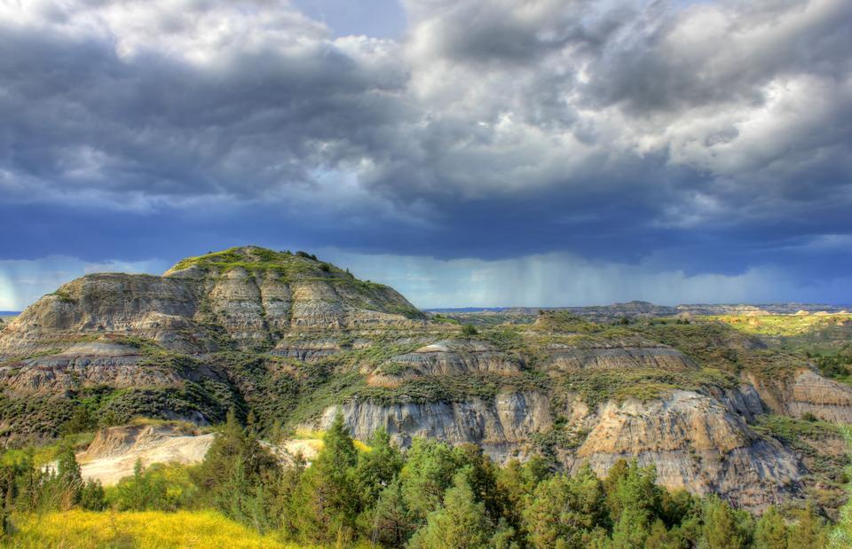 nuages de tempête sur les collines