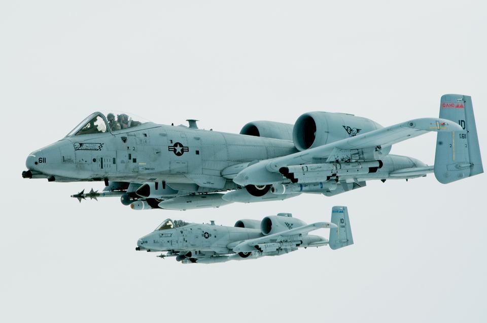 KC-135S半ば飛行中にアイダホ州のA-10Sに燃料を補給