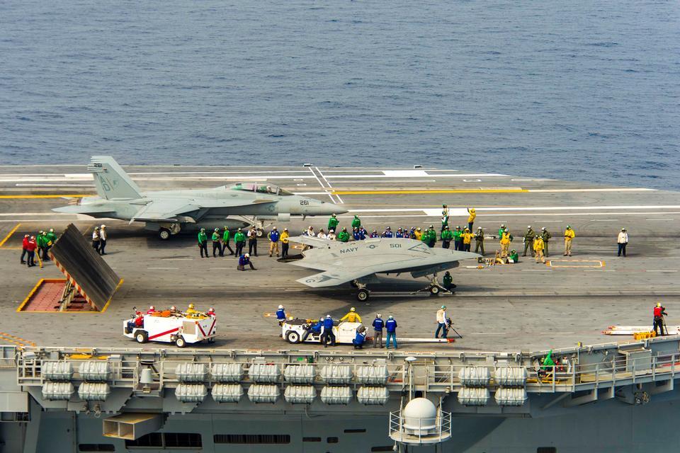 Военно-морского флота беспилотных X-47B земли на борту авианосца USS