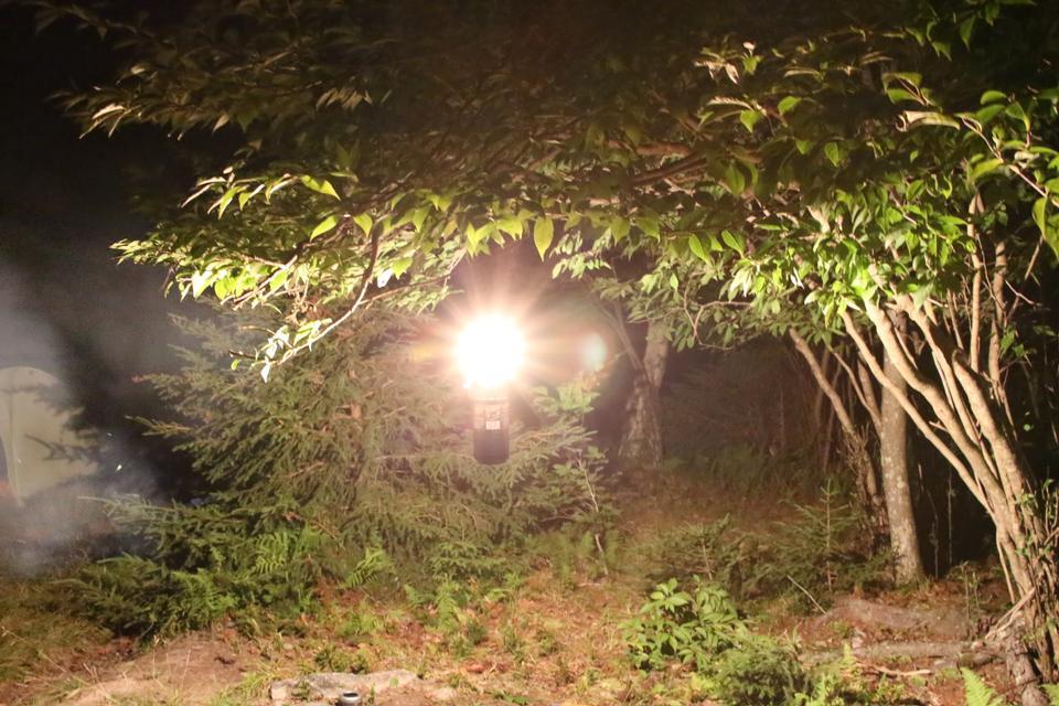 夜间森林露营煤气灯