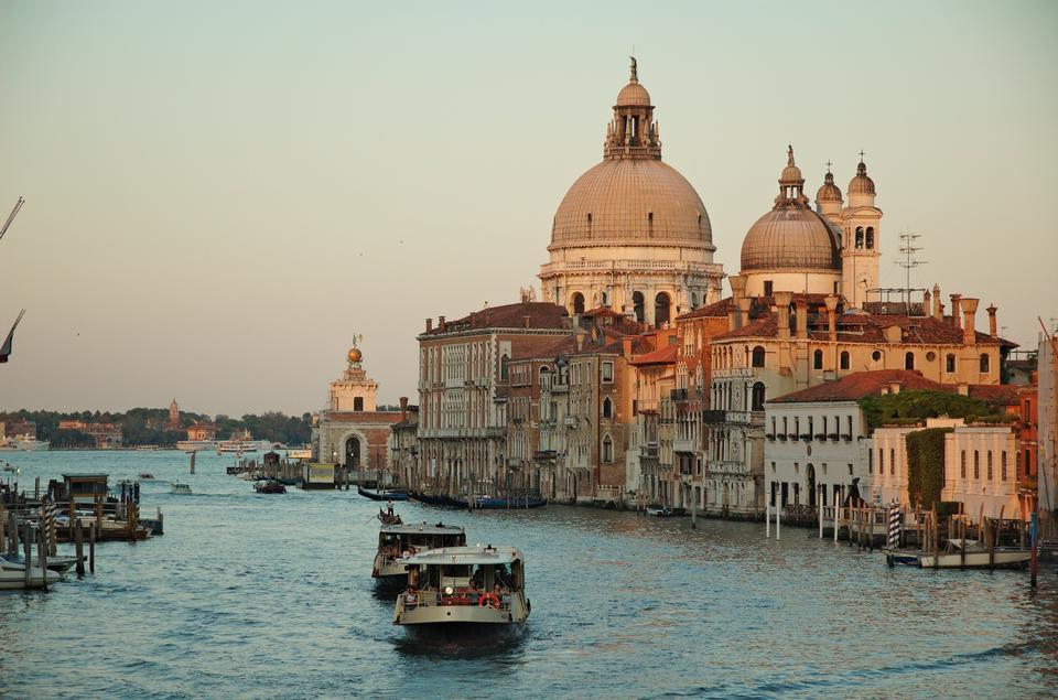 Гранд-канал и базиликой Санта-Мария-делла-Салюте в Венеции