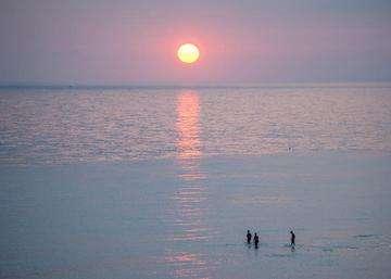 Descarga gratis la imagen de alta resolución - La gente en la playa al amanecer