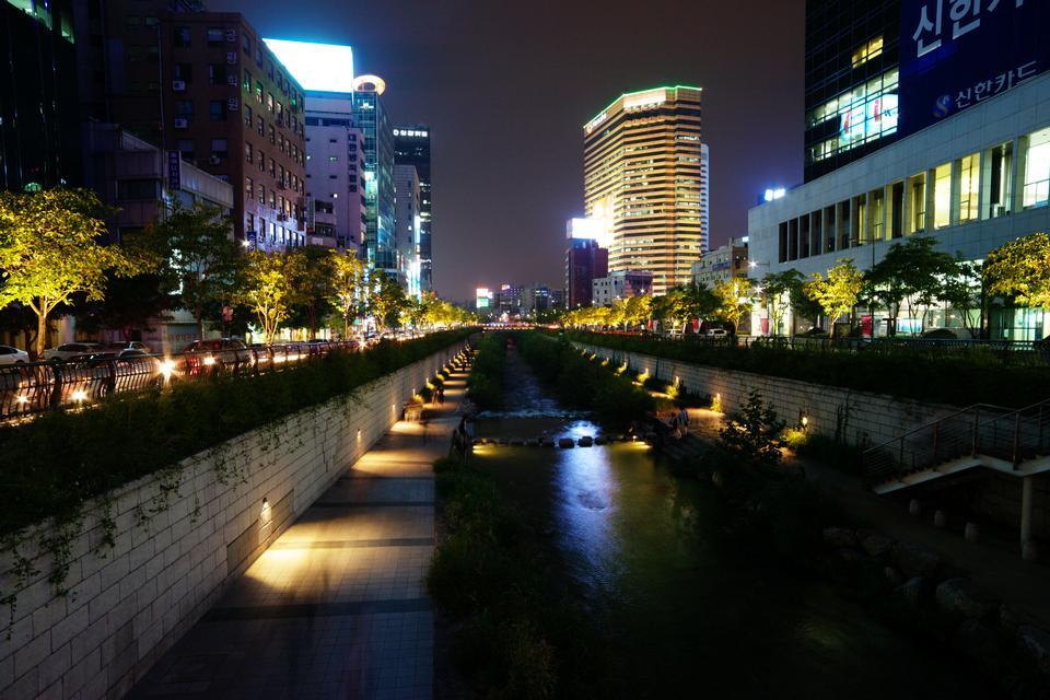 Vista notturna Cheonggyecheon Seoul, Corea