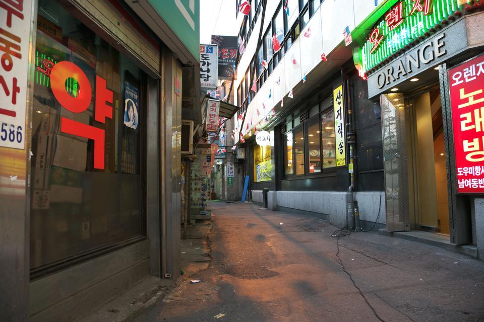 Myeong-dong Luces de neón en Seúl, Corea del Sur.