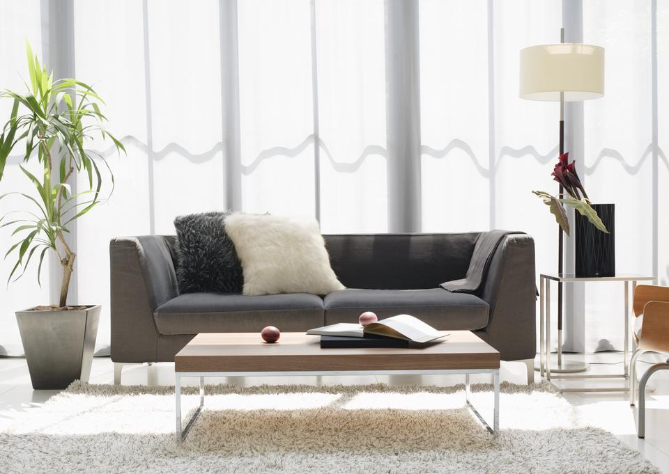 Sala de estar sofá de design da lâmpada e árvore moderna
