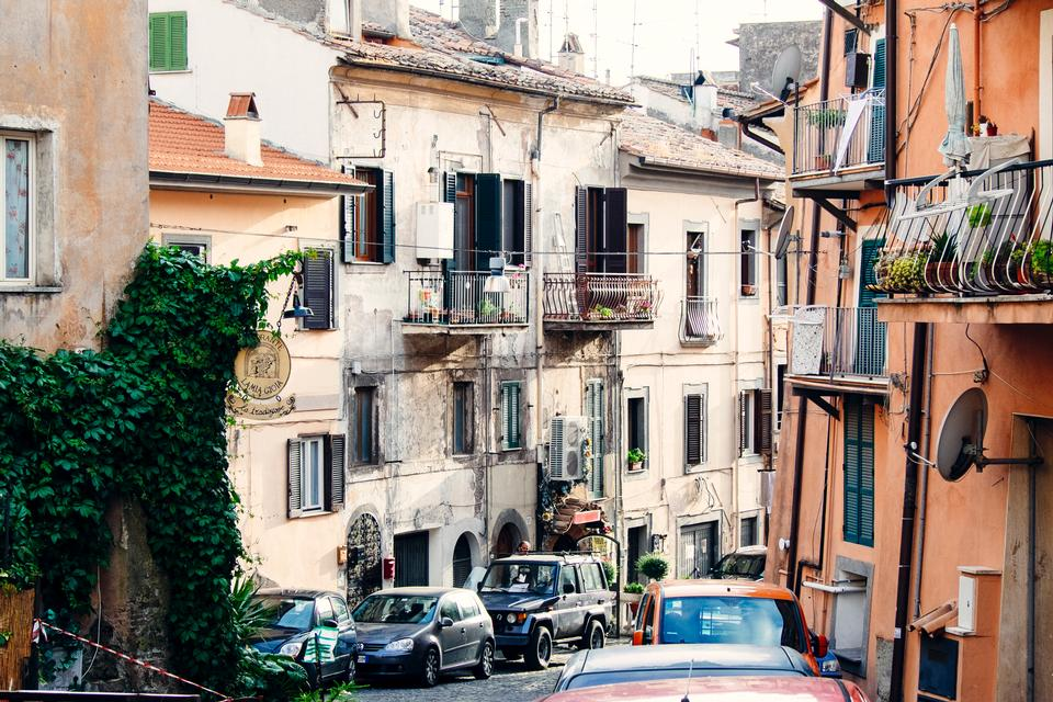 伝統的な家屋で傾斜し、狭い、中世の路地