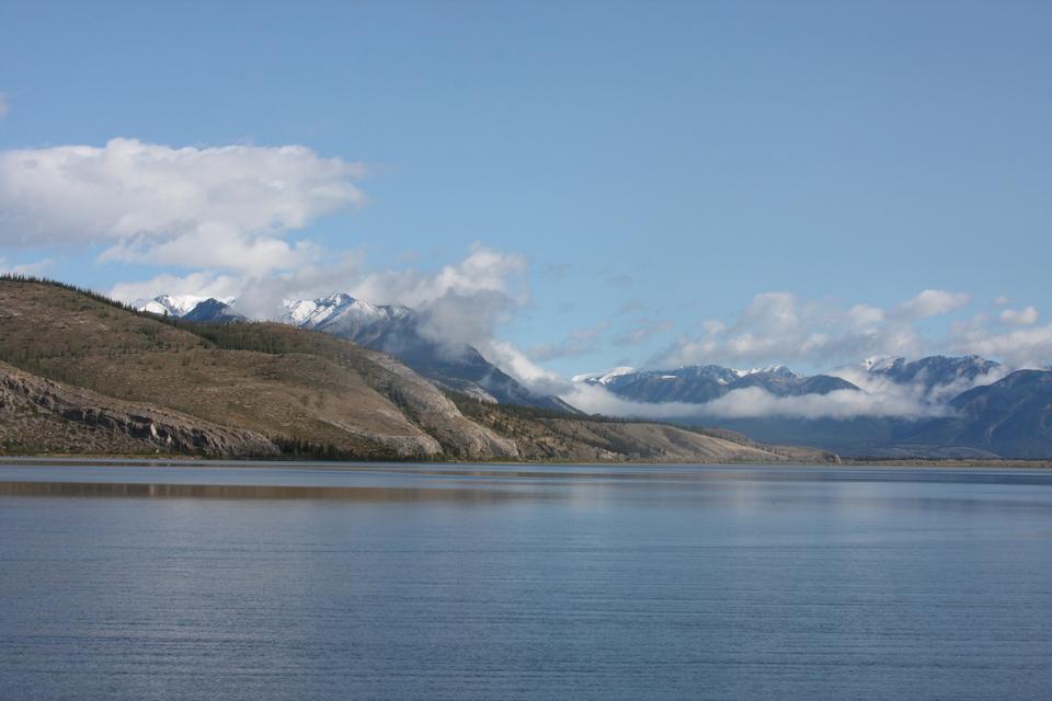 安妮特湖與白雪皚皚的山伊迪絲·卡維爾在加拿大落基