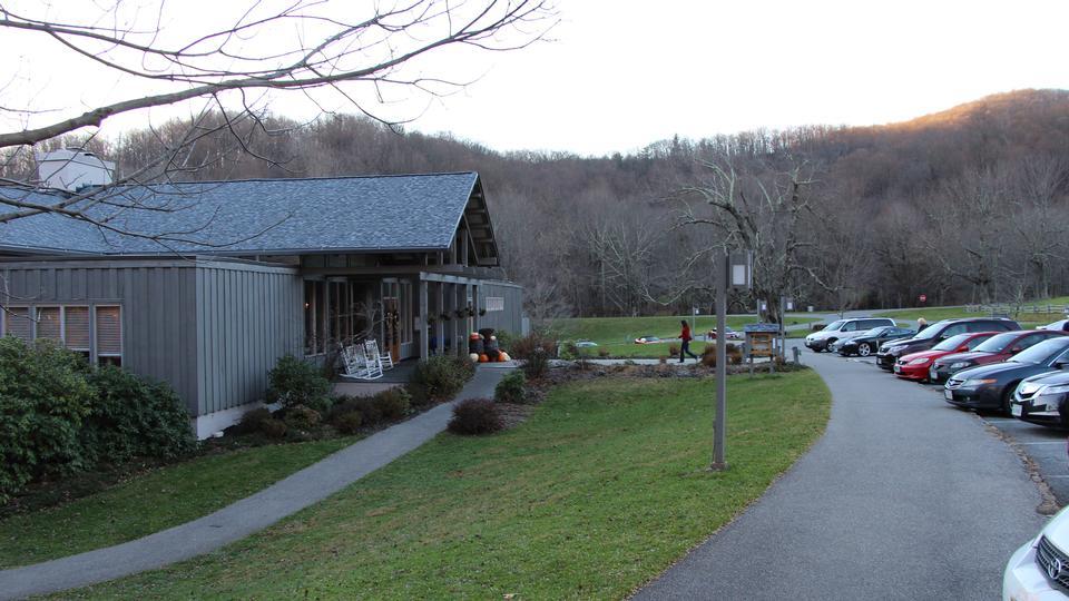 水獭小屋对蓝岭公园在弗吉尼亚峰