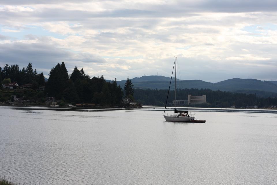 Barca a vela in autunno