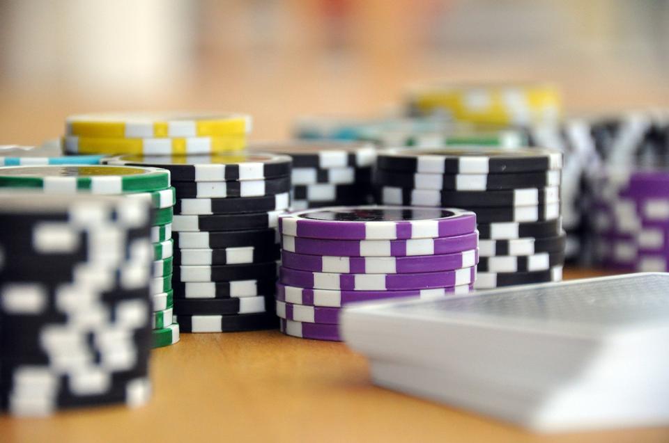 Karten und Chips für Poker close-up