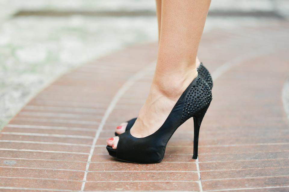 腿與黑色高跟鞋