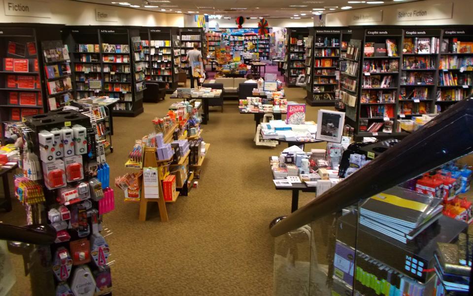在书店书架模糊摘要