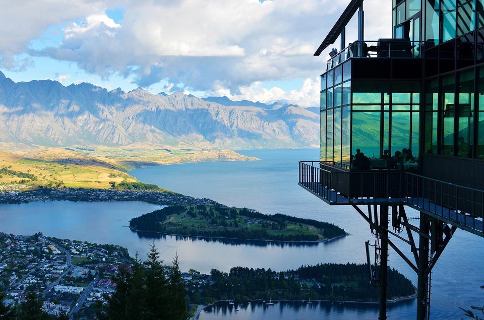 Paysage urbain de Queenstown avec lac Wakatipu