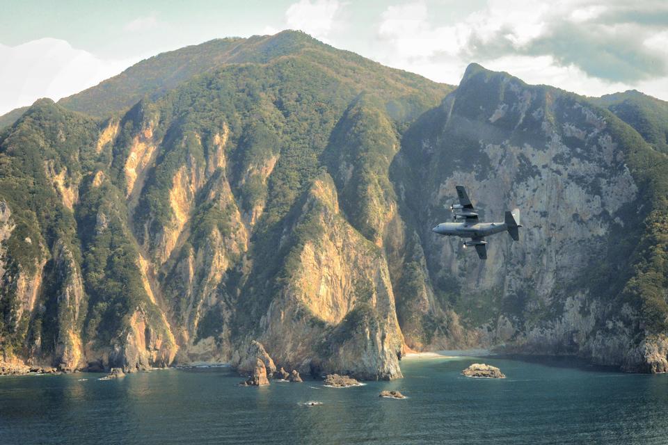 Un C-130 Hercules sorvola penisola di Izu, Giappone