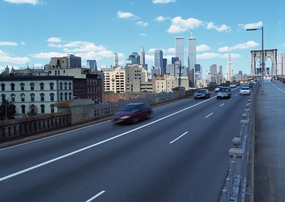 城市道路和现代的天际线