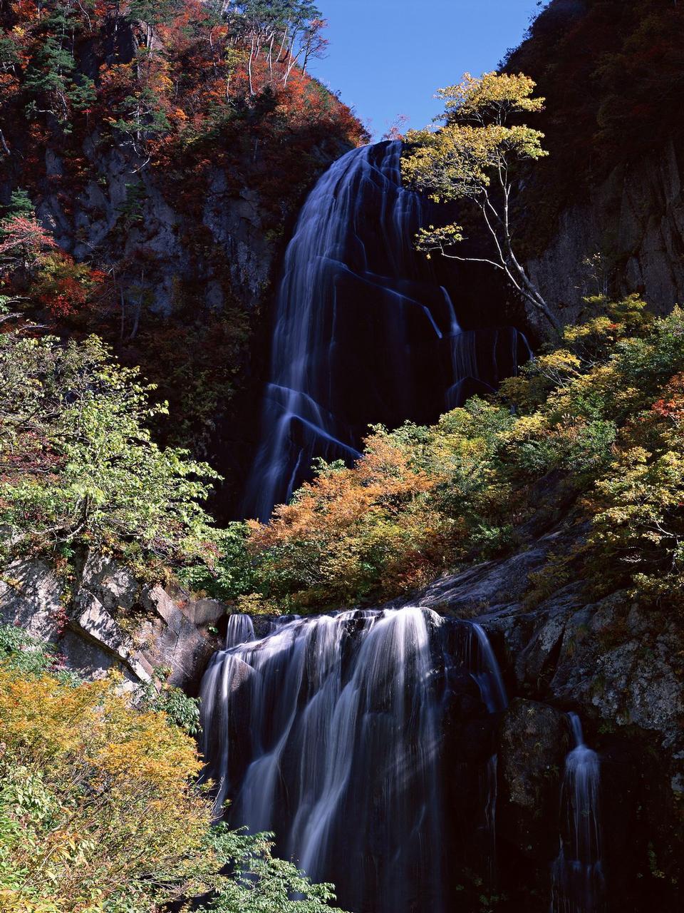 瀑布,導致另一個驚人較低的瀑布。