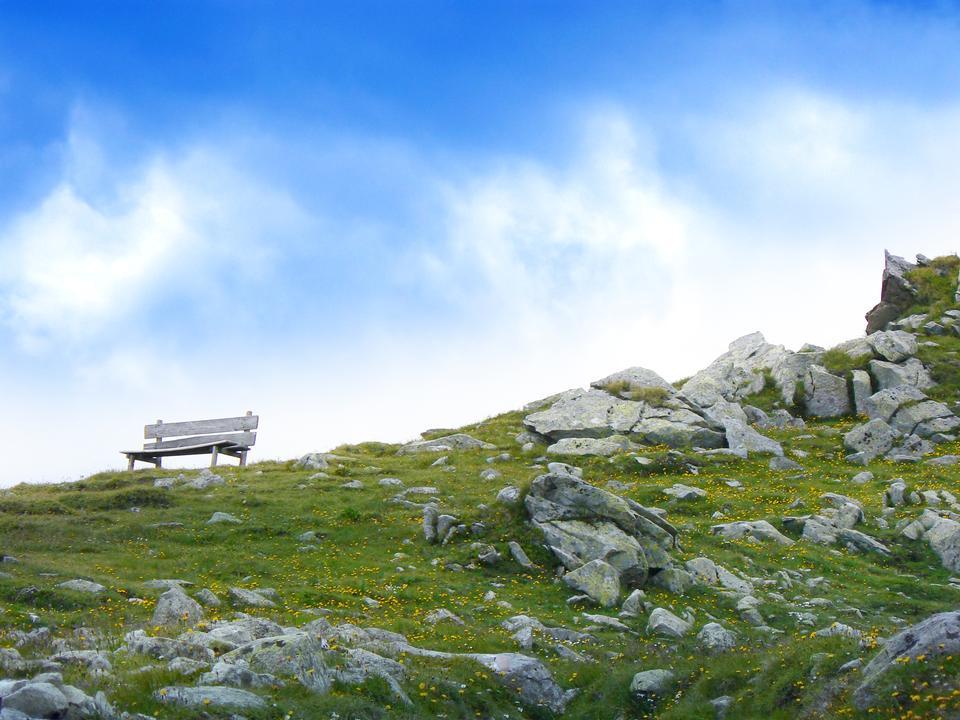Leere Parkbank im Hochgebirge