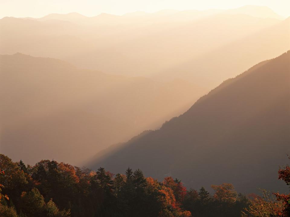 美麗的山地景觀在日落