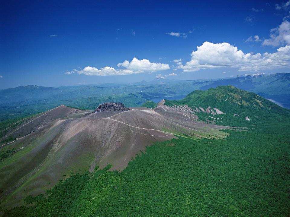 美麗的夏天的風景在山上。