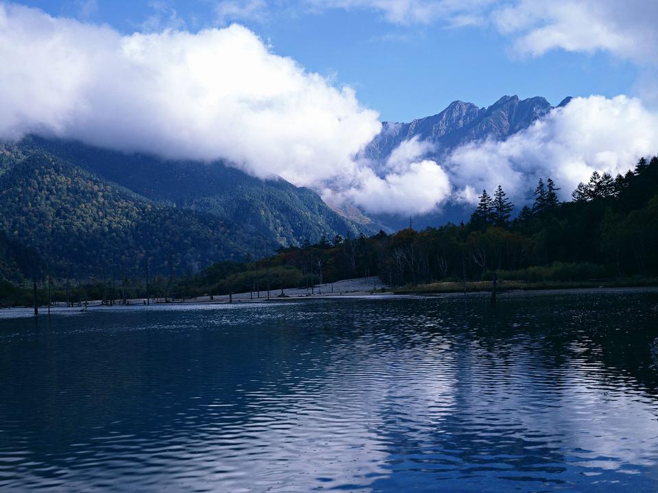 晴れた日、山のある風景、純水湖、池、海