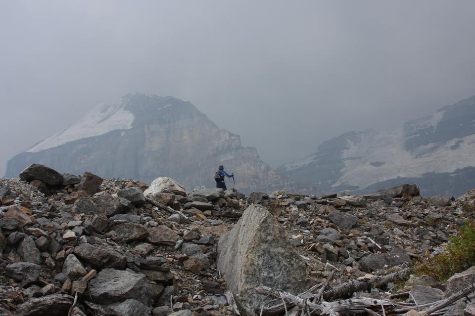 Eine Gruppe von Wanderern in der Nähe von Moraine Lake im Banff-Nationalpark