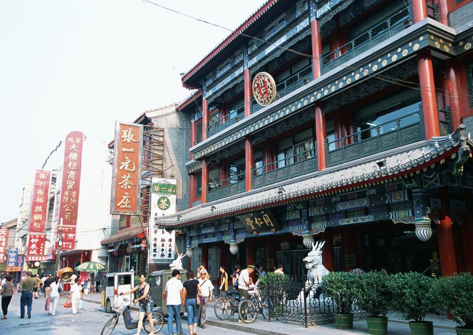 遊客在欣賞觀光在著名的前門大街