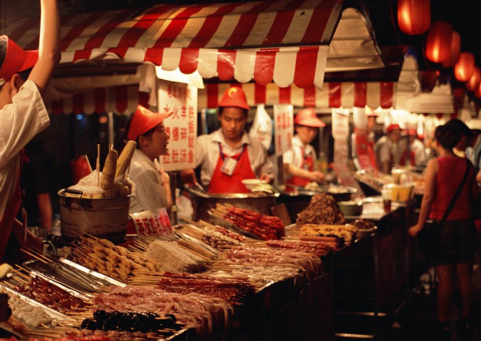 在东华门夜市食品摊贩