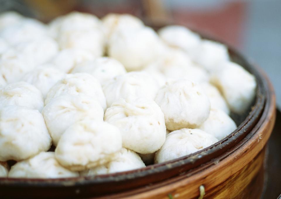 Calle puesto de comida vendiendo especialidad china llenaba albóndigas