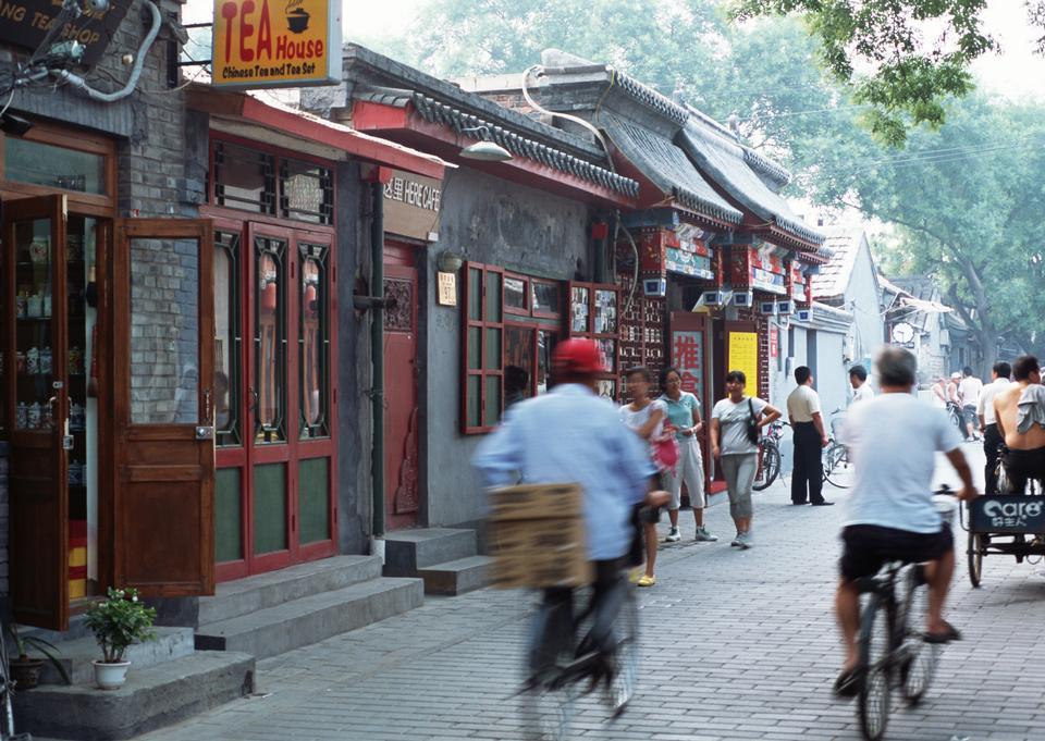 中国人阅读他们的自行车