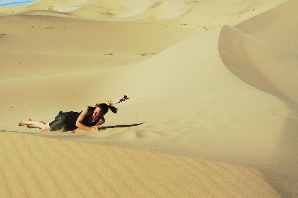 女孩坐在沙漠