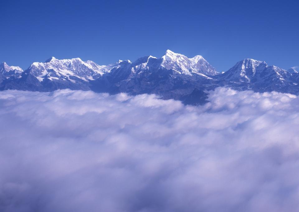 高山景观带所覆盖的山峰被大雪