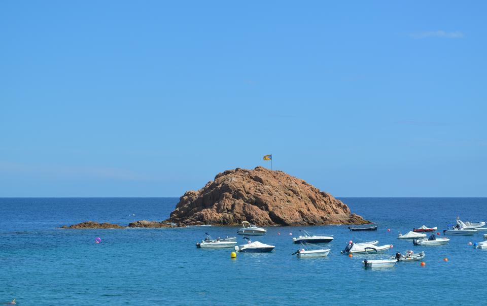 岩石的海岸線在托薩三月布拉瓦海岸,西班牙
