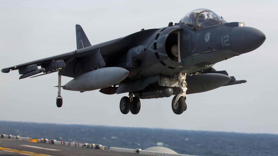 AV-8B鹞土地上的飞行甲板上