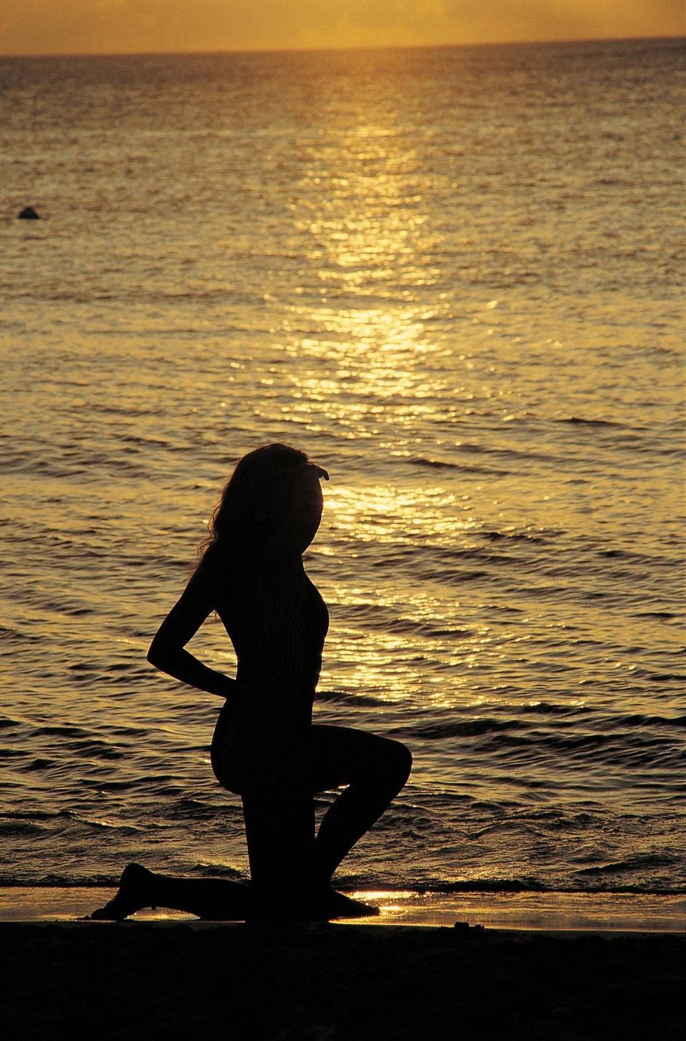 Schattenbild der Frau am Sonnenaufgang
