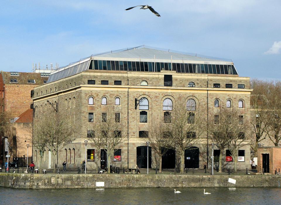 セグロカモメ -  Larusのargentatusフライング港ビル過去