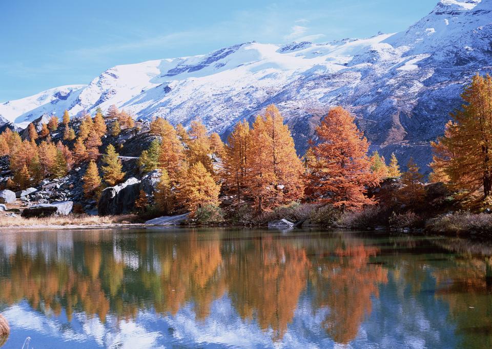 高い山にバックグラウンドで山の湖